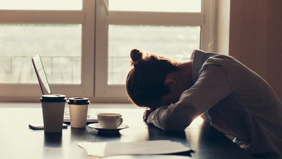 Resultado de imagem para cansada mulher celular